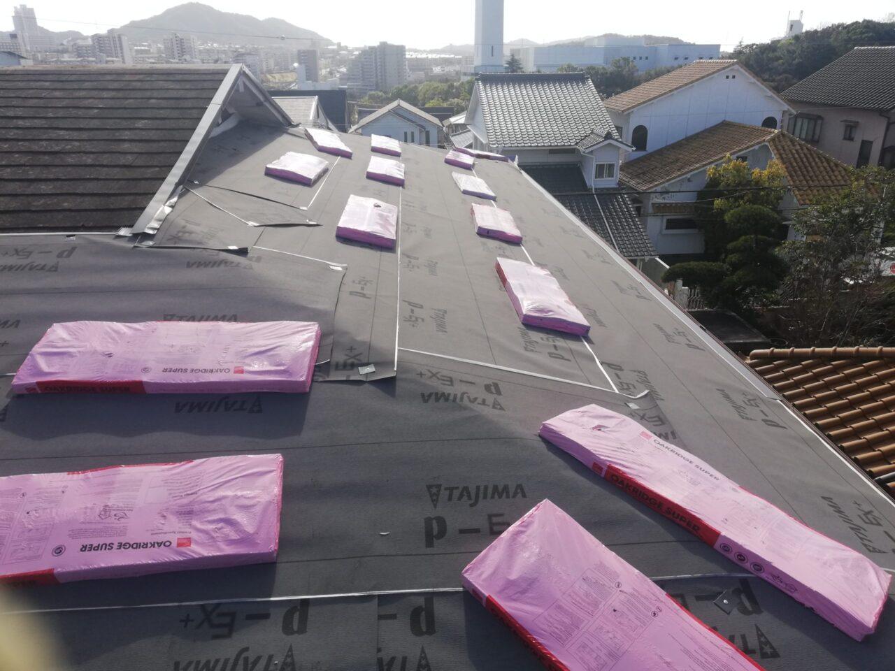 既存屋根の上からルーフィングを貼ります
